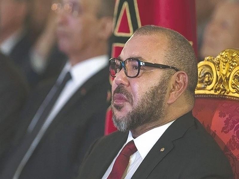 Mohammed VI tape du poing sur la table